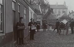 2084 Poserende mensen maken reclame voor Zebra Kachelglans op het Bagijnhof te Middelburg