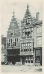2086 Gezicht op de gevel van apotheek L.K. van der Harst en aangrenzende panden iaan de Pottenmarkt te Middelburg met ...