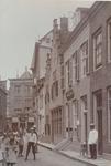 2098 Gezicht vanuit de Segeersstraat op de Lange Delft te Middelburg, met rechts een pand van de Staatsloterij