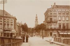 2144 Gezicht vanaf de Stationsbrug te Middelburg op de Stationsstraat met de hoekpanden, op de achtergrond de Abdijtoren