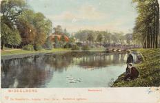 2329 Gezicht op de Langevielevest te Middelburg met twee jongens aan de waterkant