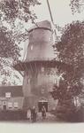 2360 Gezicht op de molen De Hoop op het Vlissingsbolwerk te Middelburg met de molenaar en zijn echtgenote