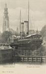 2465 Een in het dok te Middelburg liggende mailboot, met op de achtergrond de abdijtoren