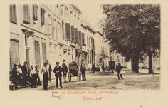 2483 Gezicht op een deel van de Houtkaai en de Londensekaai te Middelburg, met poserende mensen