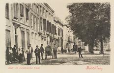 2497 Gezicht op een deel van de Houtkaai en de Londensekaai te Middelburg, met poserende mensen