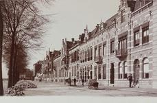 2513 Gezicht op de Loskade te Middelburg met links voor het verschepen klaar liggende suikerbieten