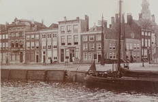 2578 Gezicht op de hoek van de Londensekaai/Nieuwstraat te Middelburg, met op de achtergrond de Abdijtoren