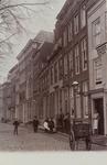 2584 Gezicht op een deel van de Rouaansekaai te Middelburg, met poserende personen bij een bakkerij