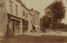 2590 Gezicht op de hoek Sint Janstraat/Turfkaai te Middelburg met de kleermaker en sigarenwinkel D. Burghardt (H 186)