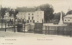 2607 Gezicht op de Rouaansekaai te Middelburg met het Zeeuwsch Koffiehuis, rechts de Gedenknaald van het havenkanaal ...