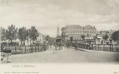 2616 Een, over de stationsbrug te Middelburg, de stad uitgaand rijtuig met linksachter de Blauwedijk en rechtsachter de ...