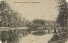 2651 Gezicht op de Langevielevest te Middelburg met twee jongens aan de waterkant
