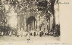 2688 Gezicht op een groep kinderen bij de Koepoort te Middelburg, met affiches op de poort