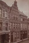 2769 Gezicht op de Lange Delft te Middelburg met links magazijn de Ooievaar, het huis De Gouden Zon en rechts het ...