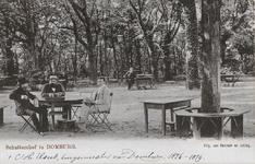 282 Gezicht op een gezelschap in de tuin van het Schuttershof te Domburg, met links C.H. Elout, burgemeester van ...