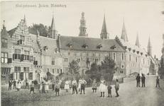 2862 Poserende jeugd bij het plantsoen op de Balans te Middelburg en een deel van de Abdij