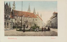 2864 Gezicht op de Balans te Middelburg met plantsoen, een deel van de Abdij, de Balanspoort en poserende jeugd