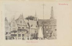 2868 Gezicht op de Balans te Middelburg met fontein, een deel van de Abdij en poserende personen