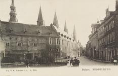 2876 Gezicht op de Balans met een deel van de Abdij en Korte Burg te Middelburg en poserende jeugd bij het plantsoen