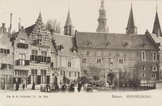 2886 Gezicht op de Balans te Middelburg met een deel van de Abdij, de Balanspoort en poserende mensen voor het plantsoen
