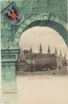2901 Doorkijk door fantasiepoort met wapen van Middelburg op de Balans te Middelburg met poserende kinderen voor het ...