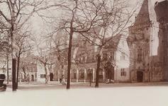 2926 Gezicht op het Abdijplein te Middelburg, met het Thoolse huis, de voormalige abtswoning, met kinderen voor de ...