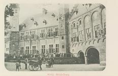 2993 Gezicht op het Abdijplein te Middelburg met het Rijksarchief (met opengeslagen luiken) en de Balanspoort
