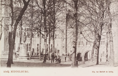 2997 Gezicht op het Abdijplein te Middelburg met poserende personen, de pomp, het Rijksarchief en de Balanspoort