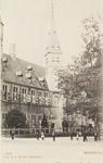 3008 Gezicht op het Abdijplein te Middelburg met het Rijksarchief en poserende personen