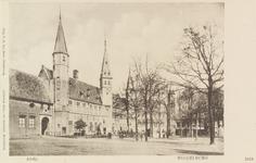 3019 Gezicht op het Abdijplein te Middelburg met het gastenverblijf, de S.P.Q.M.-poort, het Rijksarchief en de ...