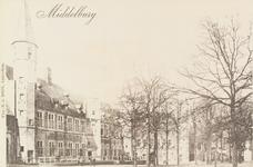 3028 Gezicht op het Abdijplein te Middelburg met het Rijksarchief en de Balanspoort
