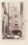 3054 Een groep jongens en meisjes poseren op het Koorkerkhof te Middelburg voor de Abdijpoort