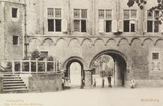 3082 Gezicht door de Balanspoort te Middelburg met een deel van het Rijksarchief aan de zijde van het Abdijplein met ...
