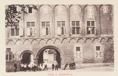 3084 Gezicht door de Balanspoort te Middelburg met een deel van het Rijksarchief aan de zijde van het Abdijplein en ...