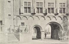 3088 Gezicht vanaf het Abdijplein te Middelburg op de Balanspoort met een deel van het Rijksarchief