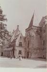 3147 Gezicht op het Abdijplein te Middelburg met de Provinciale Griffie, de Witte Toren, de Muntpoort en poserende personen