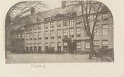 3211 Gezicht op hotel De Abdij en de congiërgewoning van het Rijksarchief aan het Abdijplein te Middelburg