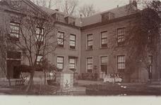 3430 Het oude mannen- en vrouwenhuis aan de Herengracht te Middelburg met bewoners