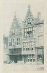 3467 Gezicht op de gevel van apotheek L.K. van der Harst en aangrenzende panden aan de Pottenmarkt te Middelburg met ...