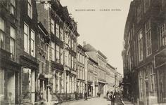 3506 Gezicht op de Lange Delft te Middelburg met links (met vlaggenstok) Grand-Hotel Verseput