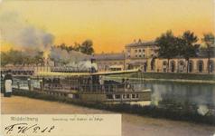 3530 Gezicht op het Kanaal door Walcheren met afgemeerde barge en het station te Middelburg