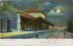 3537 Gezicht op de perronzijde van het station te Middelburg, bij volle maan