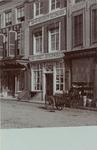 3540 Gezicht op de gevel van de winkel van brood- en dessertbakker J. Lako aan de Markt C5 te Middelburg