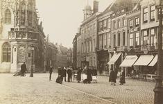 3807 Gezicht op de Grote Markt te Middelburg met links en deel van het stadhuis en in het midden het torentje van de ...