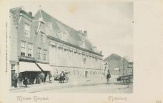 3872 Gezicht op het militair hospitaal aan Achter de Houttuinen te Middelburg met links toekijkende personen onder de ...