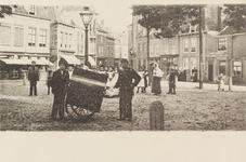 4044 Gezicht op de Oude Markt met een poserende krantenman te Vlissingen
