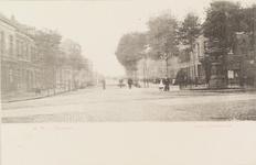 4144 Gezicht op de Coosje Buskenstraat te Vlissingen, met rechts op de hoek van de Badhuisstraat de fontein