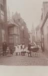 4185 Gezicht op de Sarazijnstraat te Vlissingen met poserende jeugd, links de achterzijde van hotel Du Commerce, op de ...