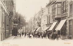 4201 Gezicht op de Nieuwendijk te Vlissingen met aan de rechterzijde een zeilmakerij en een winkel Au Bon Marché