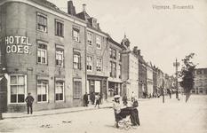 4227 Gezicht op de Nieuwendijk te Vlissingen met enkele kinderen staande voor Hotel Goes